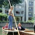 イギリス1:17 ケンブリッジ大の学生よるケム川遊覧