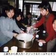 k香川3ドジョウうどん:上級生から新入生へドジョウをたっぷりよそう